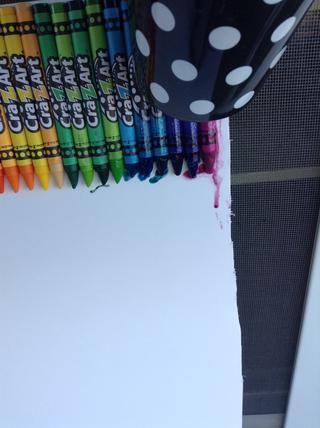 Encienda el secador de pelo y poner cerca de lápices de colores. Ellos comienzan a derretirse, pero hay que tener paciencia.