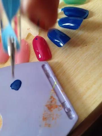 Utilice como se muestra para crear el patrón en las uñas.