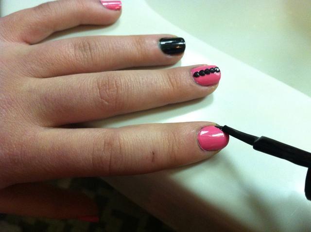 A continuación, utilice el pincel para hacer una línea diagonal en la punta de la uña como se muestra arriba.