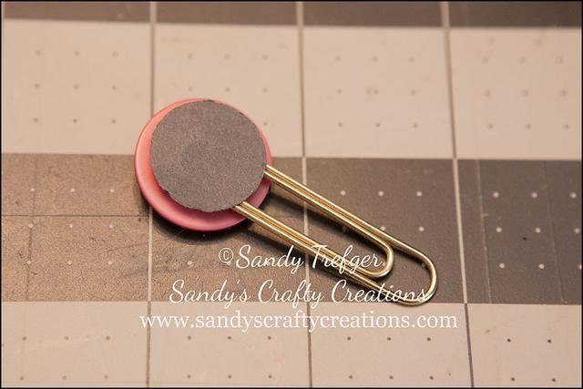 Para asegurarse de que el círculo de papel se queda en la parte posterior de su clip, pegarlo con clara pegamento de secado como acentos brillantes o un rápido blanco pegamento de secado.