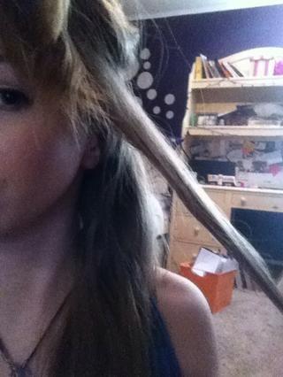 Tomar una pequeña sección de cabello, y se envuelve alrededor de su rizador