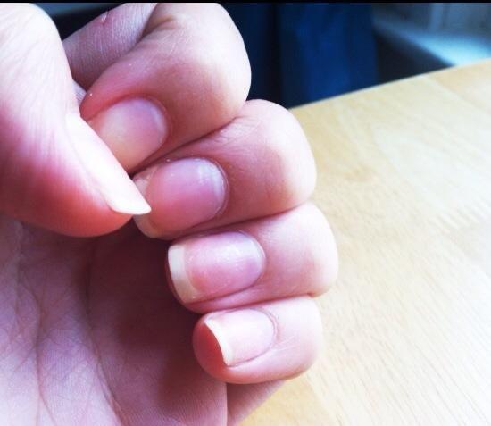 Comience con limpio, esmalte de uñas uñas libres.