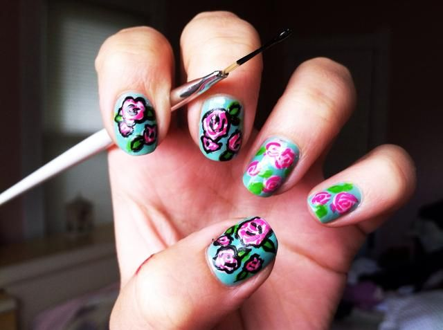 Describir los pétalos de flores y hojas con esmalte negro.
