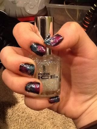 Después de que el esmalte de uñas de color rosa se ha secado, obtener su esmalte de uñas brillo y aplicarlo en sus uñas. También puede aplicar estrellas en sus uñas.