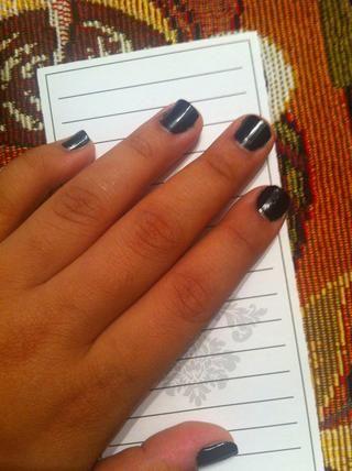 Comience por pintarse las uñas negro