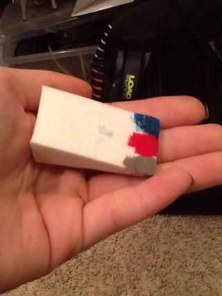 Frote el esmalte de uñas de color rosa en la esponja.