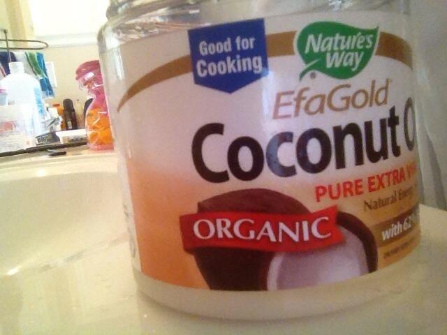 Frote en una pequeña cantidad de aceite de coco o aceite de su elección. Esto ayudará a evitar que el gel de descamación y proporcionar brillo.