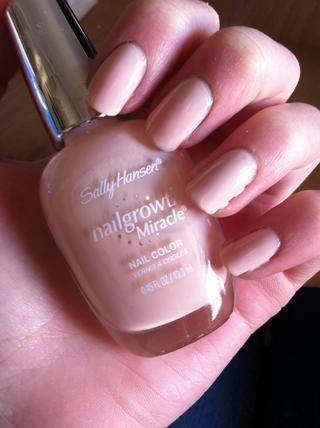 Pinta tus uñas un color rosa nude o la luz.