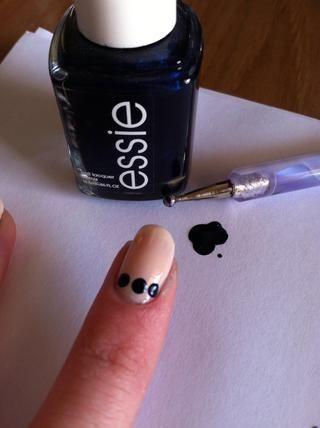 Utilizando una herramienta o un diente que salpican selección, crear tres puntos azules oscuros por su cutícula.