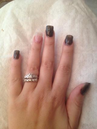 Utilice el esmalte de uñas negro para pintar todos los dedos, excepto dedos anulares!