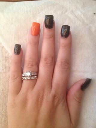 Utilice el esmalte de uñas de color naranja para pintar dedos anulares, asegúrese de que este se seque por completo antes de pasar!