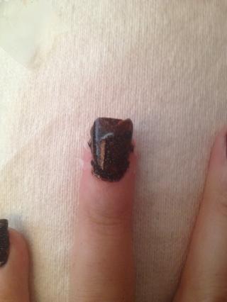 Utilice el esmalte de uñas negro para pintar sobre las uñas y la cinta!