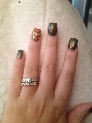 Este paso es opcional: mi esmalte de uñas de color naranja no tenía brillo en ella como mi esmalte de uñas negro. Decidí agregar un esmalte transparente con purpurina sobre todas las uñas!