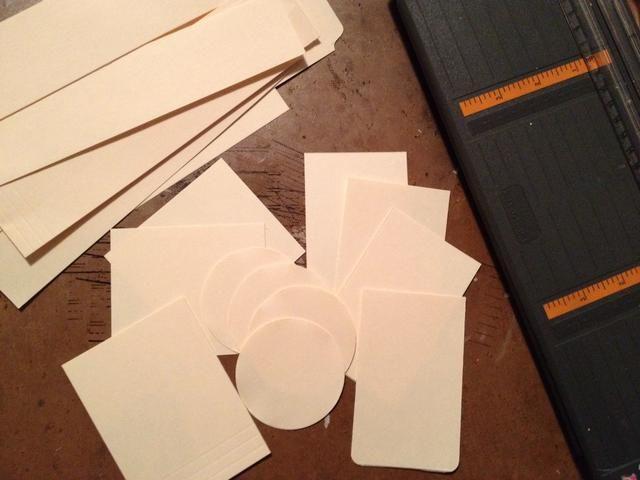 Cortar trozos de papel / de papel en formas de etiquetas deseadas. Estándar medida etiquetas de envío 2 1/4 x 4 1/4. Corté una variedad de tamaños cercanos a esta medida estándar. Marqué algunas etiquetas de círculo grandes también.