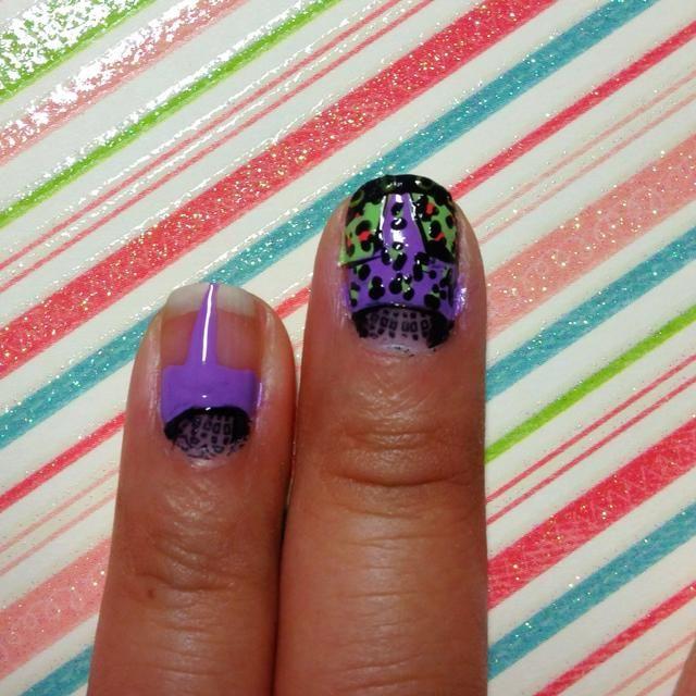 El uso de un esmalte de color púrpura pintar horizontalmente por encima de la imagen rufián. Entonces creat un triángulo a la punta de las uñas.