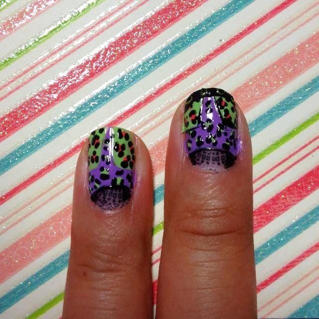 El uso de un palillo de dientes dotter o crear la impresión del leopardo pequeño alrededor de los puntos de colores.