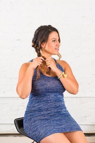 Continúe trenzando hasta el fondo, asegurando la parte inferior de la trenza con un lazo elástico del pelo.