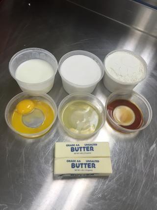 Ingredientes separados para pastel (si no se usa una mezcla de pastel en caja) de mantequilla, el azúcar, los huevos, la vainilla, la harina de torta, polvo de hornear, la sal y la mantequilla