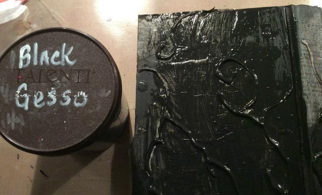 Usted puede agregar queso tela, malla, metal, lo que quieras, yo sólo quería que sea sencillo, ya que era la tapa del libro. Cubra todo con gesso negro.