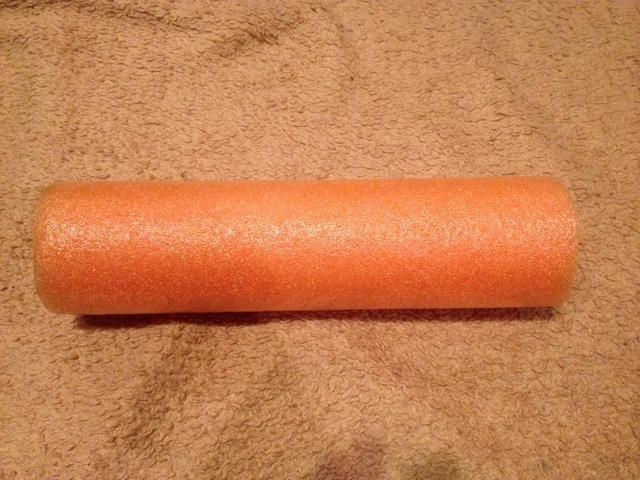 Cortar una sección de una piscina de fideos la longitud de la porción de madera si la percha.
