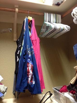 Puse 12 ganchos en cada lado que me permitió colgar 24 camisetas sin mangas en el espacio de unos 4 perchas. Si sus tanques son más gruesas, podría utilizar ganchos más grandes y el espacio que más separados.