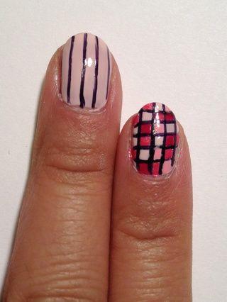 El uso de un cepillo del arte de uñas y esmalte negro, crear varias líneas verticales.