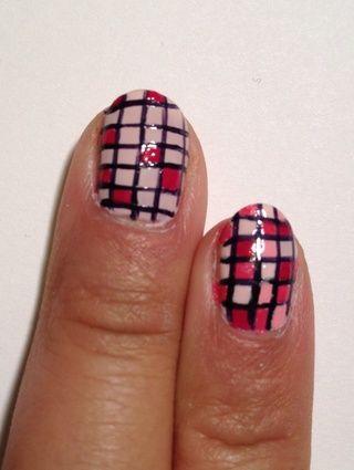 Para el próximo par de pasos, utilice los diferentes tonos de esmaltes de uñas para llenar las plazas. Para las áreas de la red que tienen líneas muy gruesas, tratar de cubrir el espesor con el tono más oscuro.