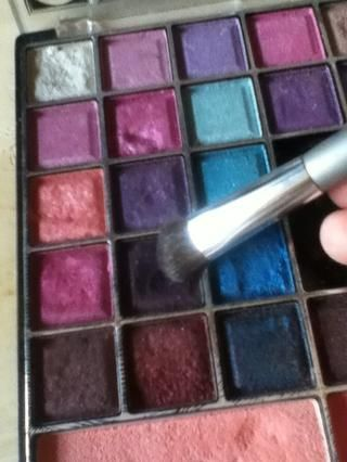 A continuación, tomar un tono púrpura oscuro y se aplican a la externa tercio y la mitad del camino a través de su pliegue (: mezcla en!