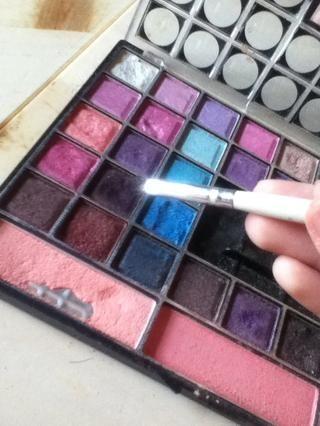 Luego, utilizando el mismo tono de color púrpura oscuro como en su tapa, utilice un cepillo en ángulo a la línea de su línea de agua!