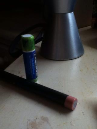 Por último, aplicar una capa de Chapstick y rematar con un color de labios nude (: