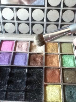 Con un cepillo suave y esponjosa, aplicar una sombra con brillo la luz a través de su tapa para el pliegue!