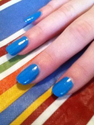 Elija un color que coincida con un accesorio que usted tiene en lo que sus uñas se complementan ese accesorio. Elegí azul para un ejemplo.
