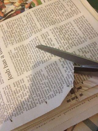 A continuación, cortar 10 trozos de periódico que desea transferir a las uñas. Recomiendo sólo con texto negro o códigos de barras para el efecto más audaz.