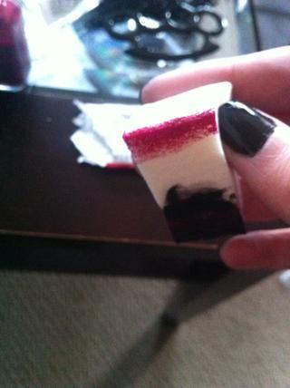 Sumerja el borde de su esponja en el color de las uñas.