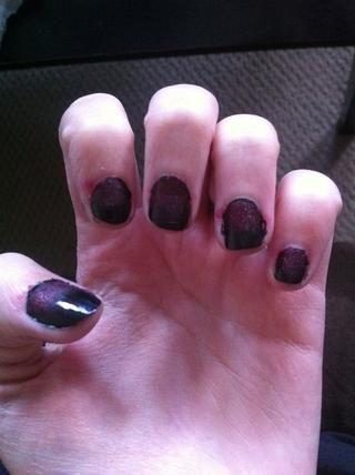Continúe hasta que haya terminado todas las uñas. Adición de esmalte de uñas con su plástico y frotando cada uña.