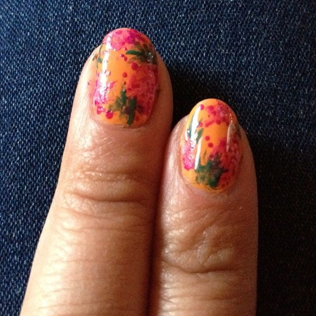 Sumerja el cepillo de uñas de arte en esmalte verde y el ventilador hacia fuera en las uñas para crear hojas.