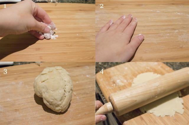 Agregue la harina (o usar papel de cera) en su superficie de trabajo y la propagación. Entonces desplegar su masa en alrededor de 5 mm de grosor con un rodillo.