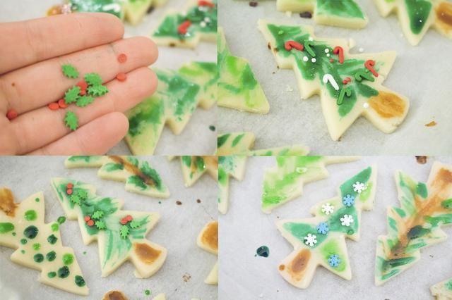 Si usted tiene rocía con temas de Navidad, no dude en añadir adornos a sus árboles!