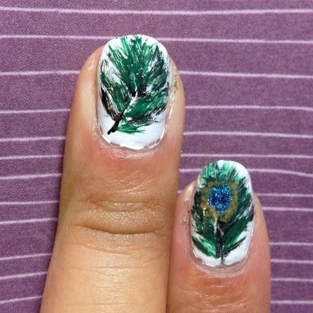 Haga lo mismo con el esmalte verde. Un pincel seco crea el efecto difuminado.