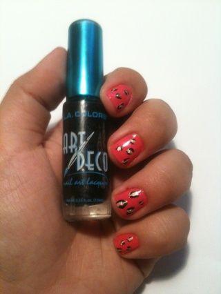 El uso de esmalte de uñas negro y un pincel de punta fina sumar dos Cs independiente alrededor de los puntos de oro. También puede llenar los vacíos de color rosa con puntos aleatorios y Cs ..