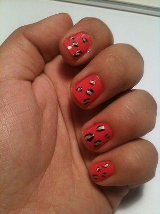 Una vez que las uñas se han secado añadir una capa transparente y poco ah cima! Usted mismo uñas chettah rosa bastante :)