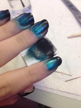 Frote la esponja sobre su clavo un par de veces. ¿Todos tus uñas en capas para que se sequen al menos un poco entre cada capa. Asegúrese de seguir añadiendo más pulido o'll get sponge chunks on your nails!
