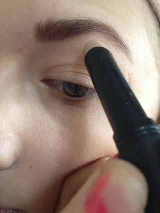 Aplicar un ojo cartilla en el hueso de la ceja y en la esquina del ojo de un todo el párpado