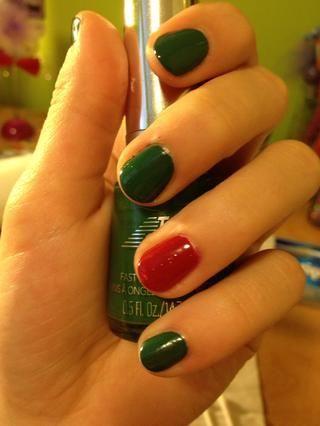 Pinte todas las uñas con 2 capas de un esmalte verde a excepción de sus dedos anulares. Pintura aquellos con 2 capas de un esmalte de color rojo.