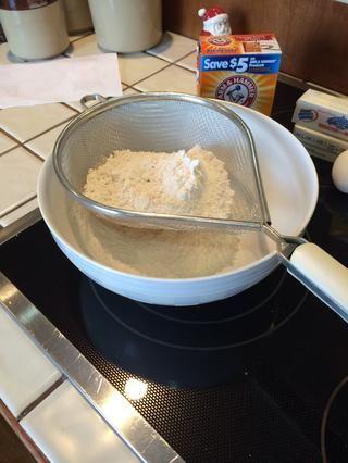 Tamizar juntos la harina para todo uso (2 ½ c.) Con el bicarbonato de sodio (1 cucharadita). Esta es la mezcla seca.