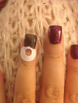 Pintar el área de uñas por encima de la pegatina con el esmalte de uñas negro!