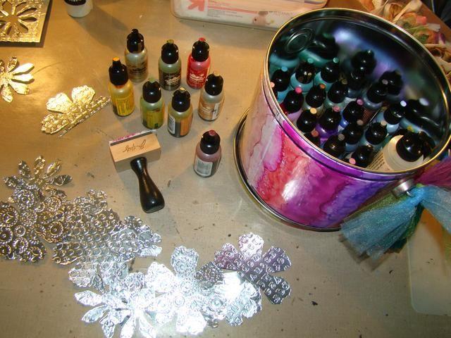 Después de haber cortado sus flores hacia fuera, tome sus tintas de alcohol y el color de sus pétalos.