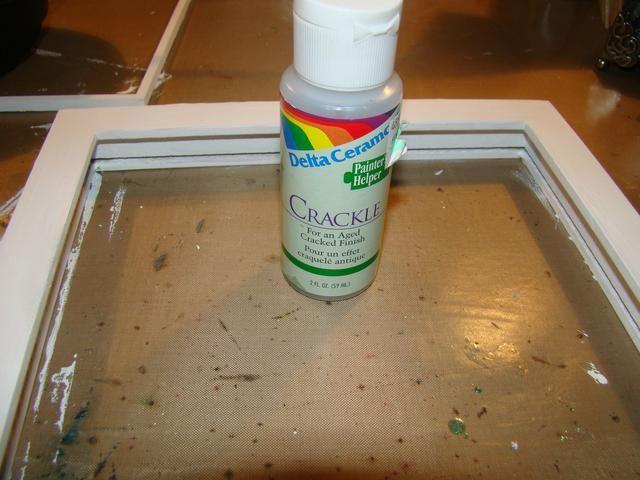 Dele a su marco de una capa de Crackle y dejar secar hasta de mal gusto. A continuación, aplicar otra capa de pintura acrílica blanca. Para añadir más textura se puede utilizar una pistola de calor, esto hará que las burbujas y más grietas.