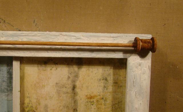 Pegue los extremos de la espiga en los mini carretes y rociar con la nuez de la mancha. Pegamento a la parte superior de la ventana (frame).