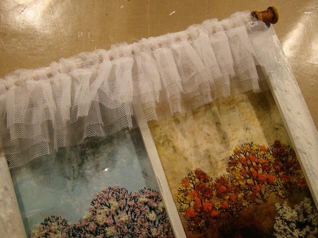 He utilizado un tul con volantes doble para las cortinas, pero puede utilizar el cordón o lo que usted quisiera. Pegue dos filas más abajo.